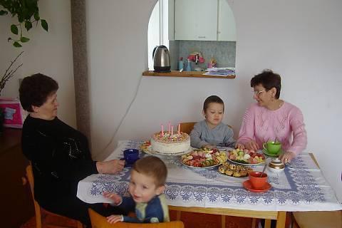 FOTKA - Kluci s babi a prababičkou