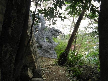 FOTKA - klášter a park  hlídají draci
