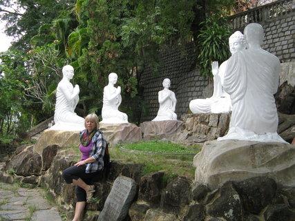 FOTKA - k sochám  chodí mniši  meditovat,