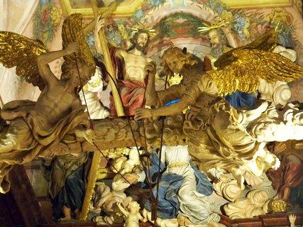 FOTKA - Noc kostelů, Kunratice - kostel Sv. Jakuba Většiího, sochy nad hlavním oltářem