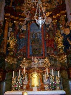 FOTKA - Noc kostelů, Kunratice - kostel Sv. Jakuba Většiího, hlavní oltář v průčelí kostela