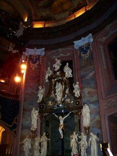 FOTKA - socha nad ukrižovaným Ježíšem Kristem je socha sv. Kryštova, patrona řidičů