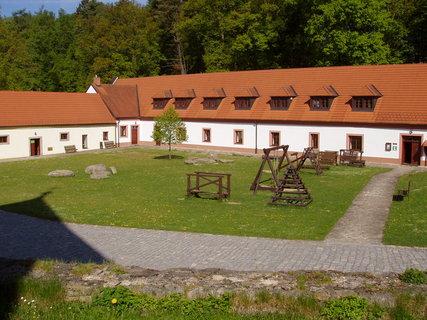 FOTKA - v areálu Chanovického zámku se nachází infocentrum, expozice lid. řemesel Pošumaví atd.