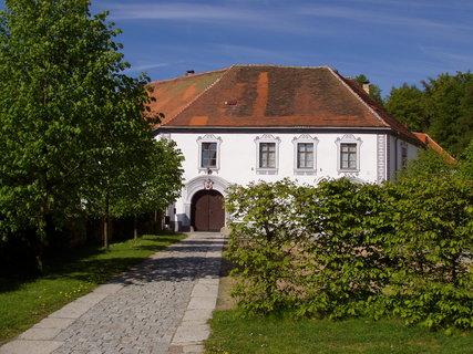 FOTKA - prostory zámku Chanovice jsou též využívány pro společenské a výstavní akce a jako škola