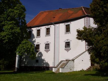 FOTKA - areál zámku Chanovice je obklopen anglickým parkem se dvěma rybníčky