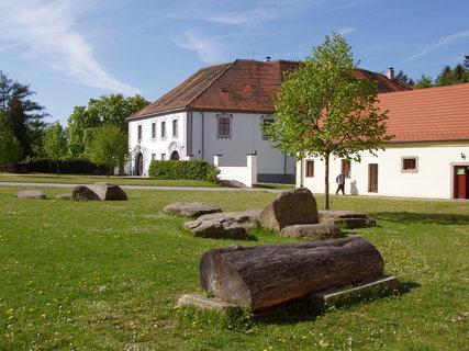 FOTKA - Chanovice nabízí mj. expozici pošumavských lidových řemesel.