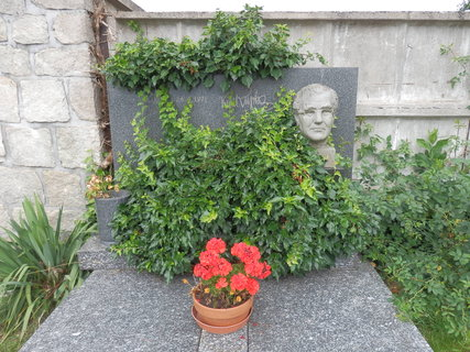 FOTKA - hrob malíře Karla Kupky v jihočeských Kestřanech