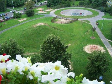FOTKA - Pohled z balkonu na dětské hřiště