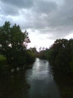 FOTKA - při sjíždění řeky musí vodák počítat i s nepřízní počasí