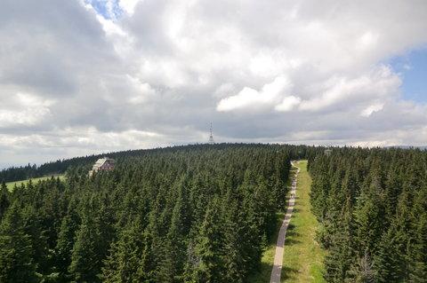 FOTKA - Pohled z černohorské rozhledny k vysílači a na Sokolskou boudu (zdevastovanou - kdypak asi  vyhoří)
