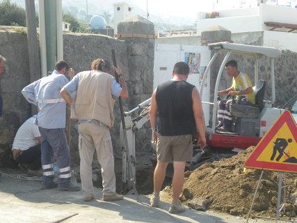 FOTKA - italská pracovní morálka- jeden maká a 5 kouká a pokuřuje, ještě že se můžou opřít o lopaty