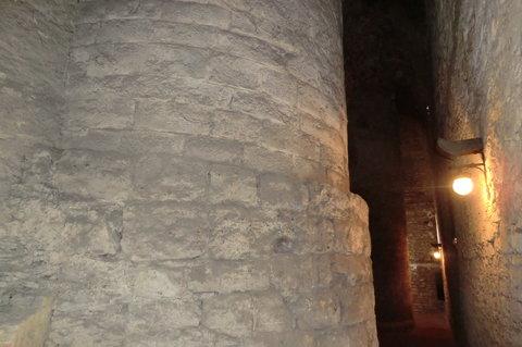FOTKA - Základy původního románského hradu - dnes obestavěné zámkem