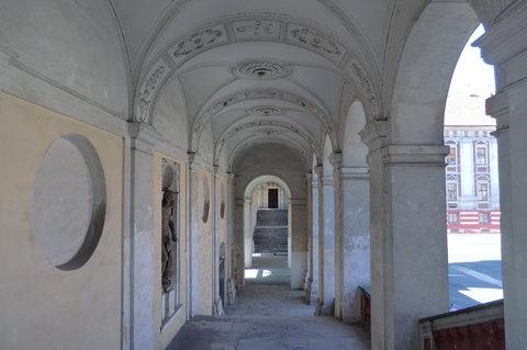 FOTKA - Roudnický zámek - arkády a schodiště k levému křídlu