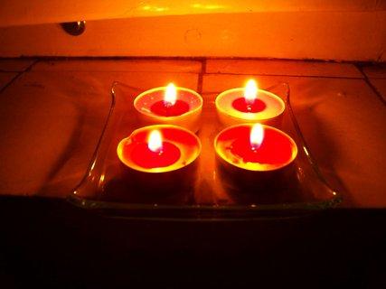 FOTKA - zapaluji 4 svíčky na okně za dnešní obrovskou tragédii, kdy zahynuli čeští hokejisté Karel Rachůnek, Jan Marek, Josef Vašíček a slovenský útočník Pavol Demitra. Věrné fanynky vzpomínejme...