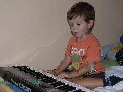 FOTKA - Začinam se učit na pianko..zatim jen tak brnkam..:)
