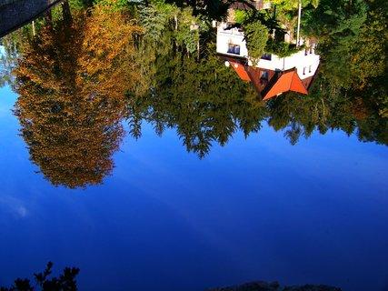 FOTKA -  9.11.11, odraz myslivny v rybníce