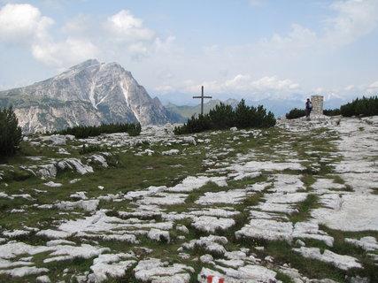 FOTKA - Záběr s náhorní plošinou, křížem a horou