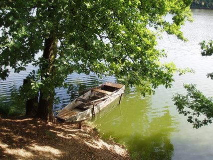 FOTKA - loďka na rybníku