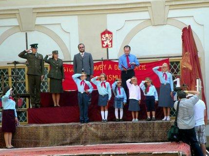 FOTKA - Recese-zámek Loučeň zpátky do socialismu