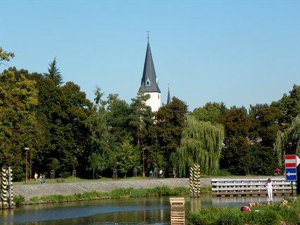 FOTKA - Věž POděbradského kostela přes Labe