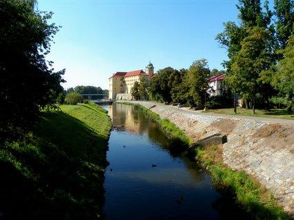 FOTKA - Poděbradský zámek u řeky