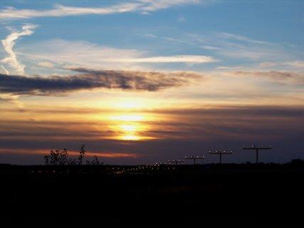 FOTKA - Západ za doprovodu letištních světel