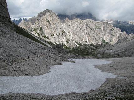FOTKA - Záběr se sněhovou pokrývkou a skalnatými horami
