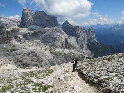 FOTKA - Turistka na cestě před horami
