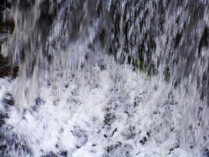FOTKA - dopadaj�c� voda ze splavu .,,,,