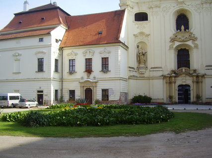 FOTKA - Benediktinský klášter s kostelem sv.Petra a Pavla v Rajhradě u Brna  - pochází z 18.století,byl postaven 1721-1739 podle návrhu architekta Jana Blažeje Santiniho-Aichela