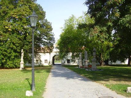 FOTKA - Benediktinský klášter s kostelem sv.Petra a Pavla v Rajhradě u Brna     ......