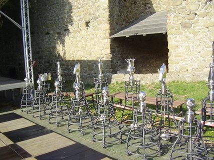 FOTKA - hrad Helfštýn  - dílo z mezinárodního setkání uměleckých kovářů Hefaistos, které každoročně na hradě probíhá   -  krásné šachové figurky