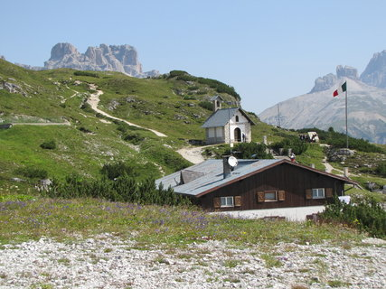 FOTKA - Záběr s chatou, kostelíkem a horami