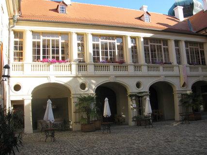 FOTKA - Nádvoří zámku Mníšek pod Brdy