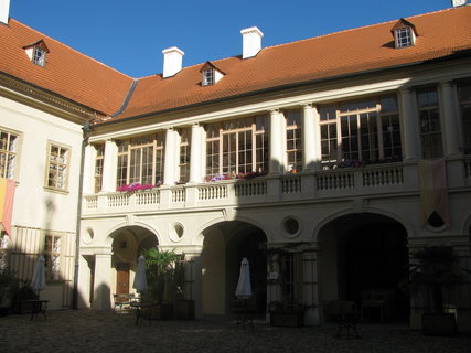 FOTKA - Nádvoří zámku Mníšek pod Brdy 2
