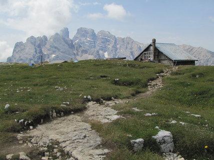 FOTKA - Záběr s chatou a horami