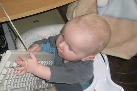 FOTKA - Lukášek a klávesnice