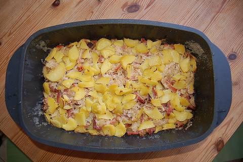 FOTKA - zapečené brambory s uzeným masem a zelím