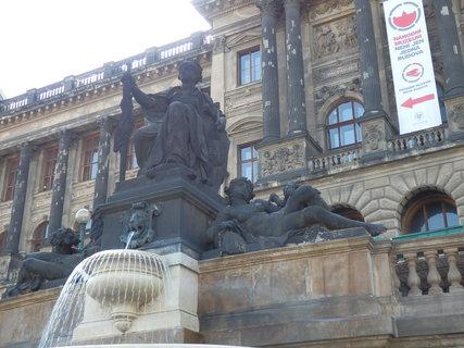 FOTKA - sochy na rampě u Národního muzea, Václavské nám.