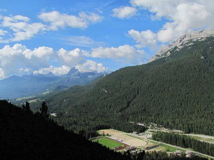 FOTKA - Výhled se stadionem, svahy, horami a oblaky