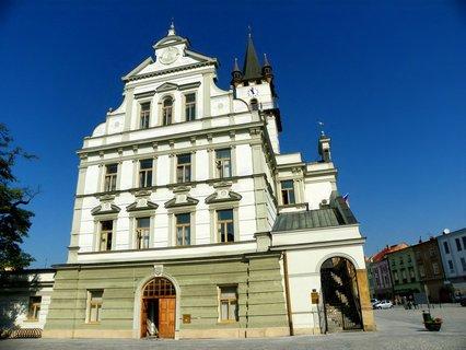 FOTKA - Nádherná stavba uprostřed/ nepravidelného lichoběžníkového náměstí