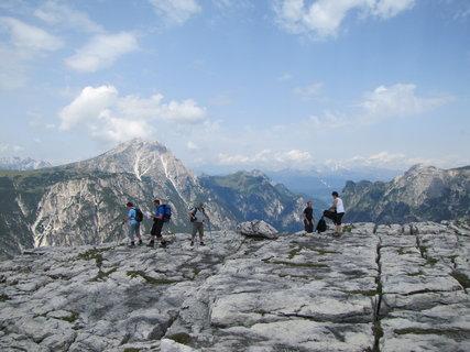 FOTKA - Turisté na skalní plošině