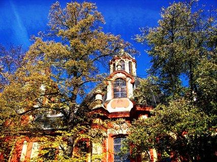 FOTKA - Kunratický kostel - pohled na zadní část..