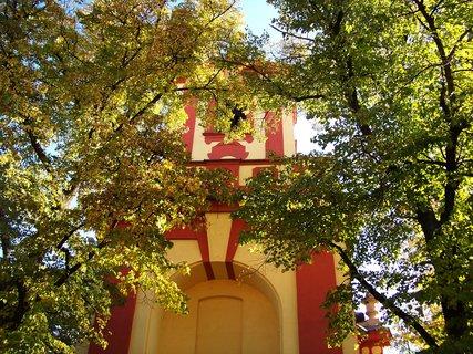 FOTKA - průčelí kunratického kostela s podzimními lípami...