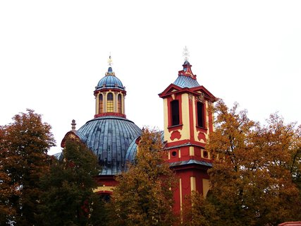 FOTKA - kostel Kunratice s barevnými stromy ...,,,,,