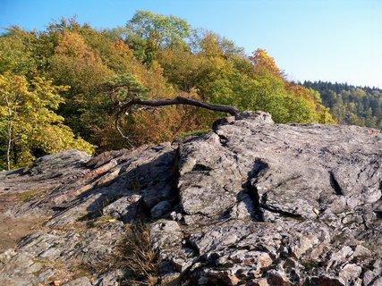 FOTKA - Podzim na skále nad přehradou 50m vysoko