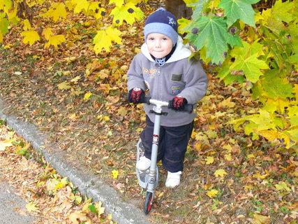 FOTKA - podzimní...Tomášek a koloběžka