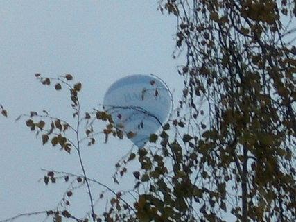 FOTKA - Balon letí nad panelákem