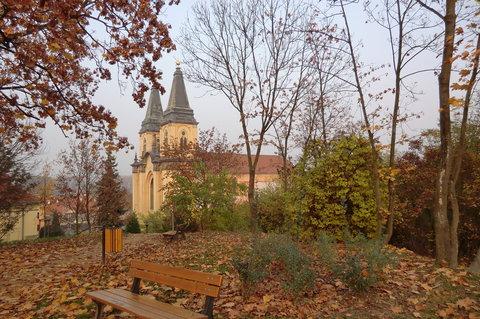 FOTKA - Podzim v parku - pohled na kostel