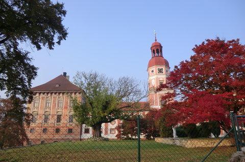 FOTKA - Roudnický zámek se stromy v podzimních barvách